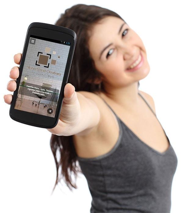 chica con tarjeta digital